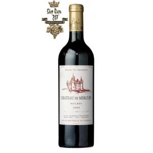 Rượu Vang Đỏ Pháp Chateau de Mercues Cahors có mầu đỏ tía đậm. Hương thơm lan tỏa của trái cây mầu đỏ và vani.