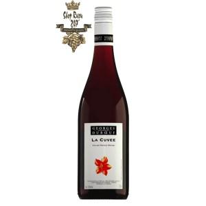 Rượu Vang Pháp Georges Duboeuf Cuvee Red có màu đỏ ánh tím đẹp mắt. Hương vị hơm ngon của trái cây mọng đỏ như phúc bồn tử, anh đào,