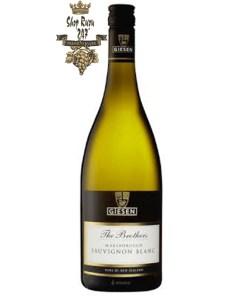 Newzealand Giesen The Brothers Sauvignon Blanc có mầu vàng rơm. Hương thơm tươi sáng của lá nho đen, cây tầm ma nghiền nát, dứa xanh, bưởi, gỗ sồi
