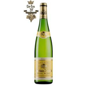 Rượu vang Pháp Gustave Lorentz Alsace Pinot blanc với làn rượu màu trắng ngà tươi sáng hòa lẫn với sự rực rỡ của ánh xanh.