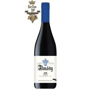 Rượu vang trắng Hungary Almásy Harslevelü 2019 có mũi mạnh mẽ và sống động, Màu vàng nhạt, bó hoa bắt đầu tinh tế