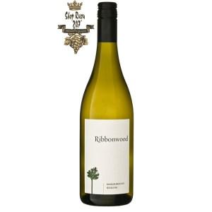 Rượu Vang Trắng New Zealand Ribbonwood Riesling có mầu vàng ánh xanh. Hương thơm tinh tế của các loại trái cây vùng nhiệt đới