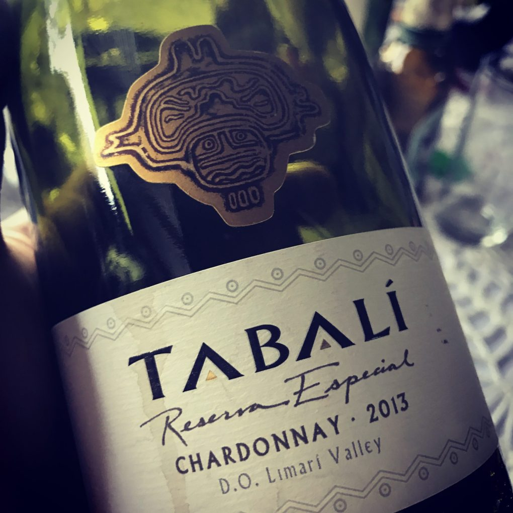 Vang Chile Trắng Tabali Reserva Especial Chardonnay có mầu vàng rơm. Hương thơm mãnh liệt và phức tạp của hoa quả táo, cam quýt