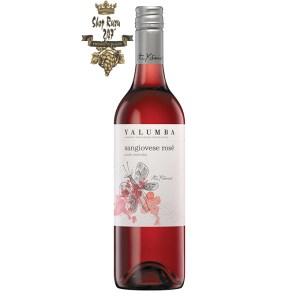 Rượu vang hồng Úc Yalumba Y Series Sangiovese Rosé hiện lên đầy tinh tế với màu hồng nhạt tươi tắn