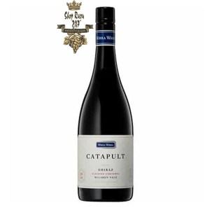 Rượu Vang Úc Wirra Wirra Catapult Shiraz có mầu đỏ ánh tím sống động. Hương thơm là sự kết hợp của anh đào, dâu, quả mâm xôi