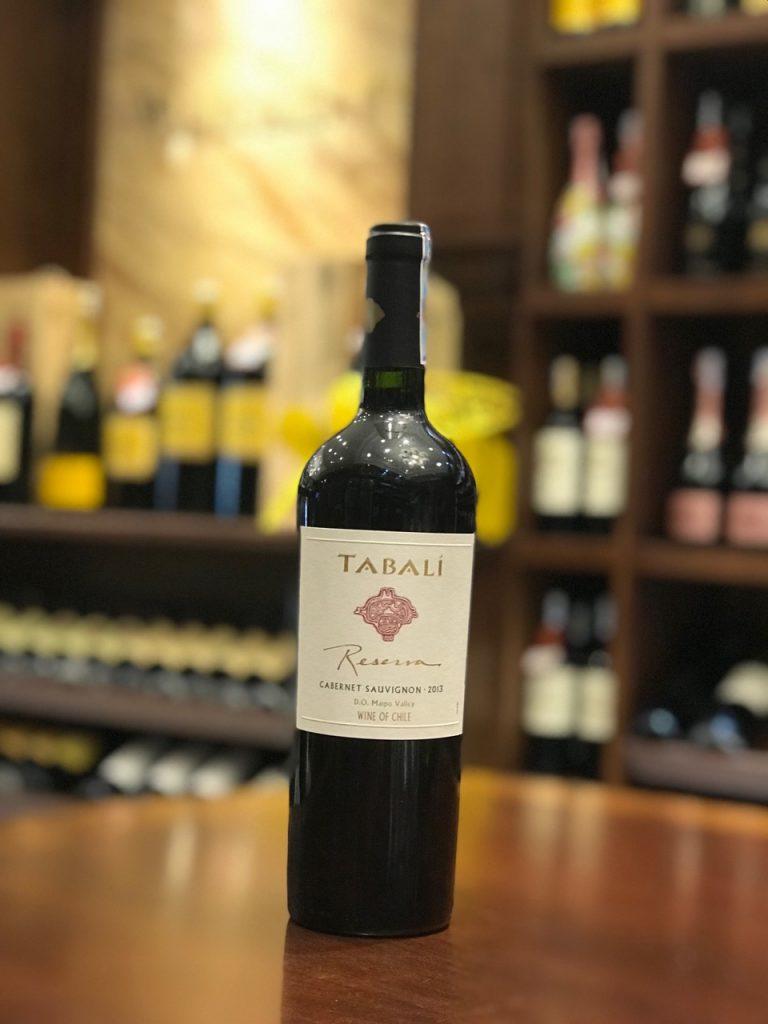 Rượu Vang Đỏ Tabali Reserva Cabernet Sauvignon có mầu đỏ đậm sâu. Hương thơm của các loại hoa quả chín đỏ như mận, dâu tây, anh đào và một chút vani