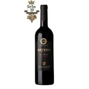 Rượu Vang Artero có vẻ ngoài óng ả, thanh lịch mượt mà nhưng lại có tính cách linh hoạt, quyến rũ. Rượu có màu đỏ anh đào đậm