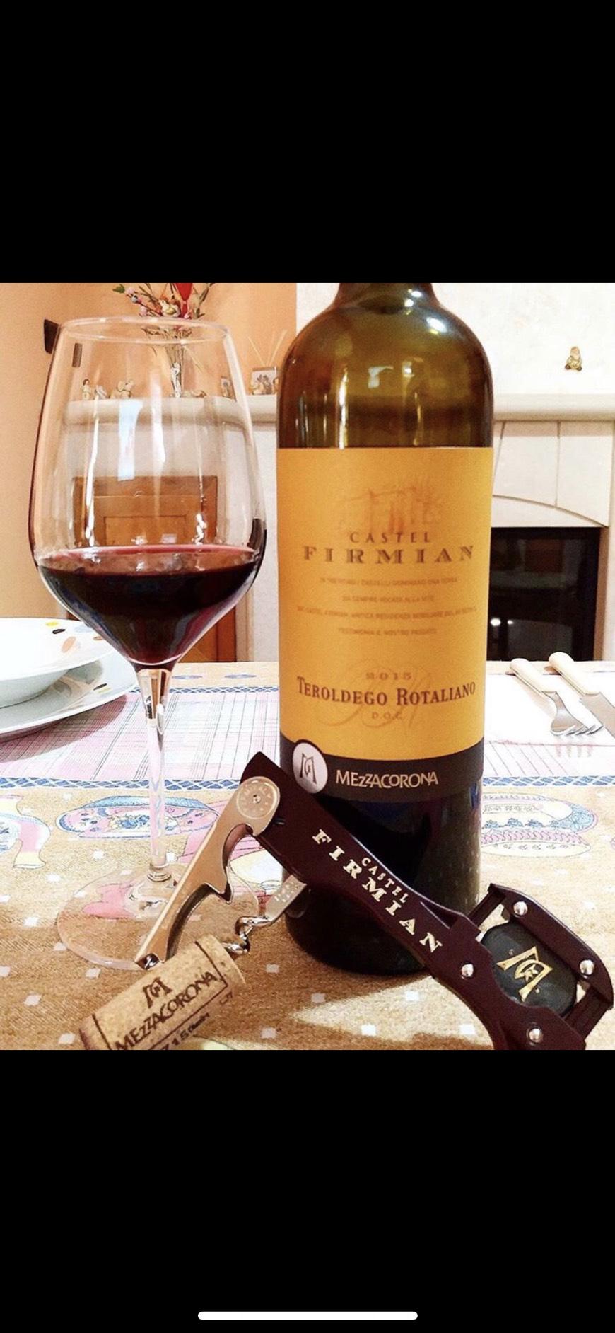 Rượu Vang Đỏ Castel Firmian Teroldego Rotaliano có màu đỏ ruby với sắc tím. Mũi có một bó hoa phong phú và bao bọc