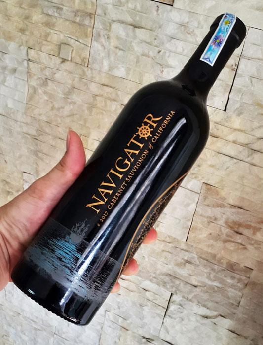 Rượu Vang Mỹ NAVIGATOR Cabernet Sauvignon có màu đỏ đậm sâu ấn tượng. Được làm hoàn toàn từ giống nho