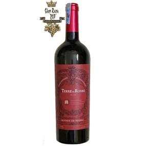 Vang Ý Đỏ Terre da Rosso có màu đỏ đậm sâu quyến rũ, thu hút mọi ánh nhìn. Rượu trưởng thành trong thùng gố sồi