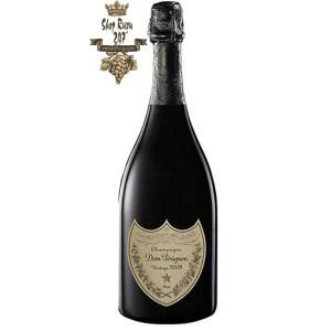 Rượu Champagne Dom Perignon Vintage có màu sáng, vàng nhạt đến trung bình. Vị ngọt nhẹ của trái cây nhiệt đới - xoài xanh, dưa, dứa