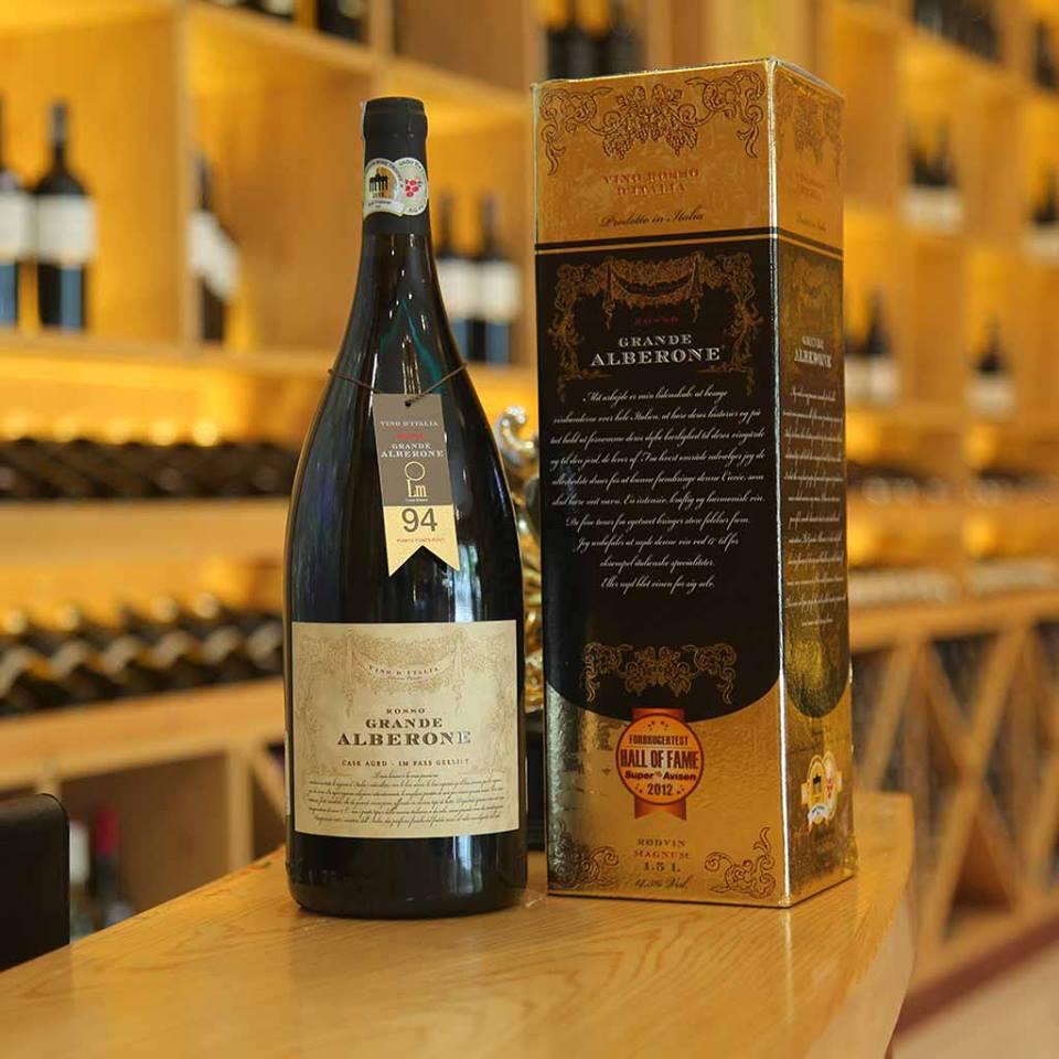 Rượu Vang Đỏ Grande Alberone Vino Rosso có màu đỏ đậm mãnh liệt. Nổi trội như một bó hoa mang hương vị