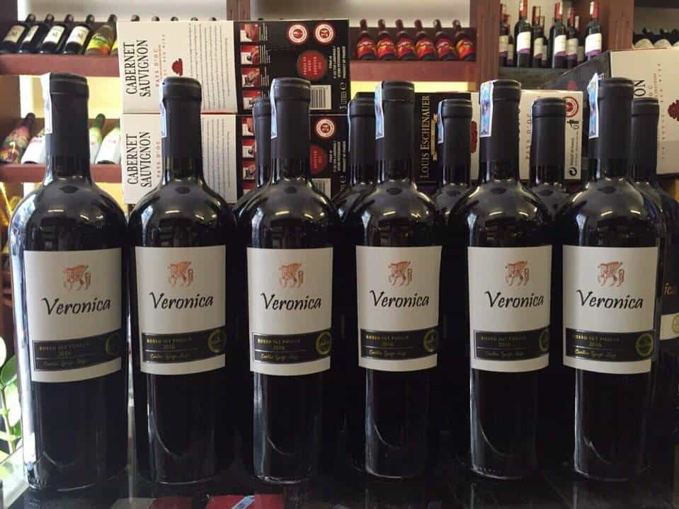 Rượu Vang Ý Đỏ Veronica Rosso IGT có màu đỏ ngọc lựu trong sáng và vô cùng bắt mắt. Hương thơm hòa quyện