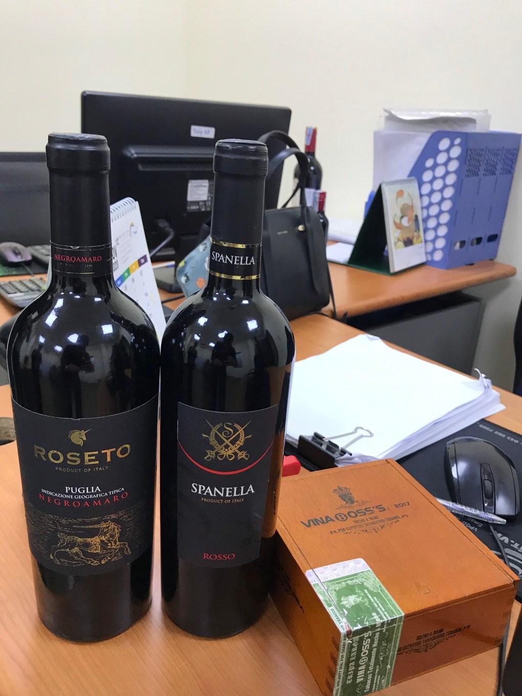 Rượu Vang Ý Đỏ SpanellaVino Rosso có màu đỏ ruby tươi ấn tượng với một chút ánh đen. Hương thơm của rượu