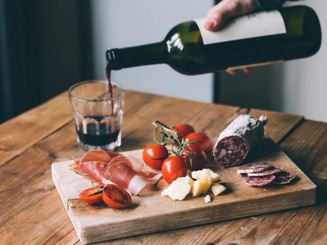 Rượu vang mang lại hương vị cho tất cả các loại món ăn và một khi bạn biết một số quy tắc cơ bản về cách thức và thời điểm thêm nó