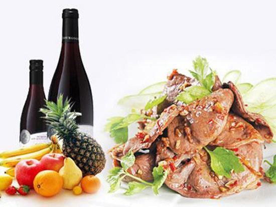 Đối với các món hầm, món om hoặc nước sốt cà chua sôi lâu, hãy thêm rượu vào sớm trong giai đoạn