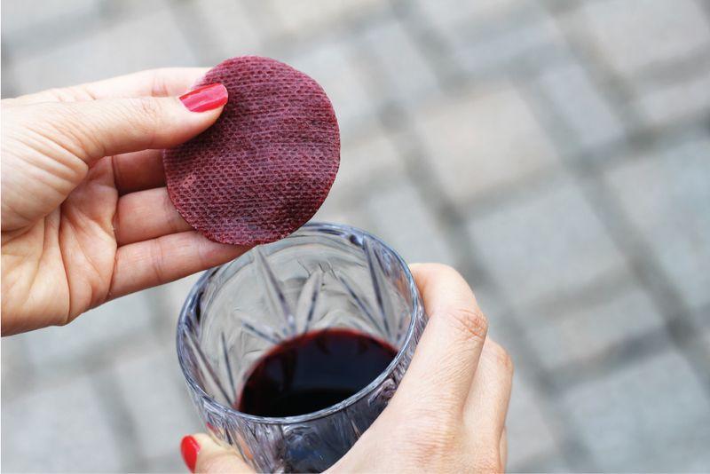 Ngoài những lợi ích sức khỏe vô cùng giá trị ấy, thì rượu vang đỏ còn giúp các chị em phụ nữ rất nhiều trong việc làm đẹp