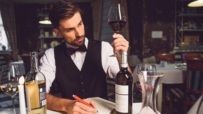 Rượu vang đỏ có vị gì? Bạn đã thấy mọi người làm điều này: hít thật mạnh từ ly rượu của họ sau một cú xoáy đẹp mắt