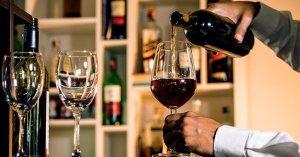 các bước nếm rượu chắc hẳn không quá khó khăn, nó khá đơn giản mà dễ hiểu. Cũng như cách mà các chuyên gia họ vẫn làm