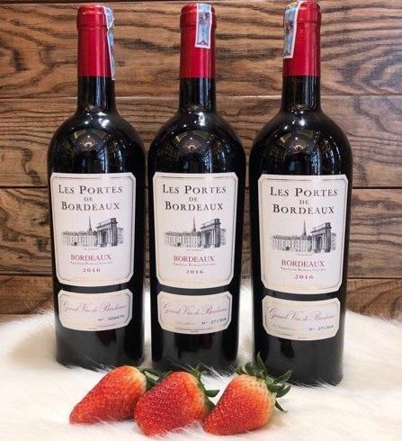 Rượu Vang Pháp Les Portes de Bordeaux 2016 được phối trộn từ accs giống nho đỏ vùng Bordeaux bao gồm 65% Merlot, 20% Cabernet Sauvignon