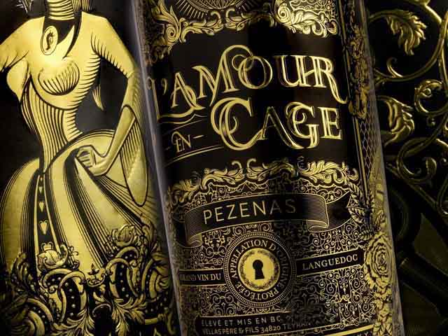 Rượu Vang Đỏ Vignobles Vellas L'Amour en Cage Pezenas mang một màu đỏ ngọc hồng lựu với phản chiếu màu tím.