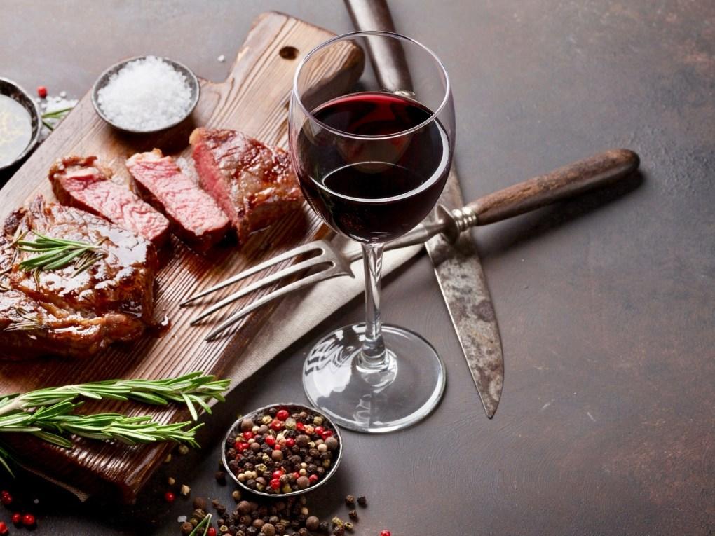 kết hợp đồ ăn với rượu vang