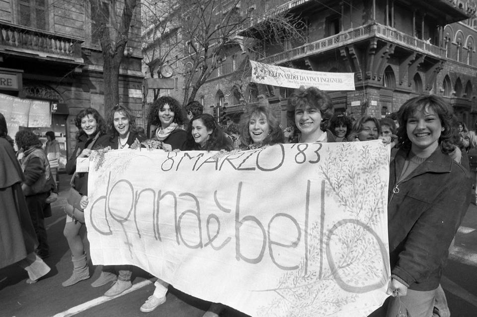 Giovani donne in manifestazione negli anni '80