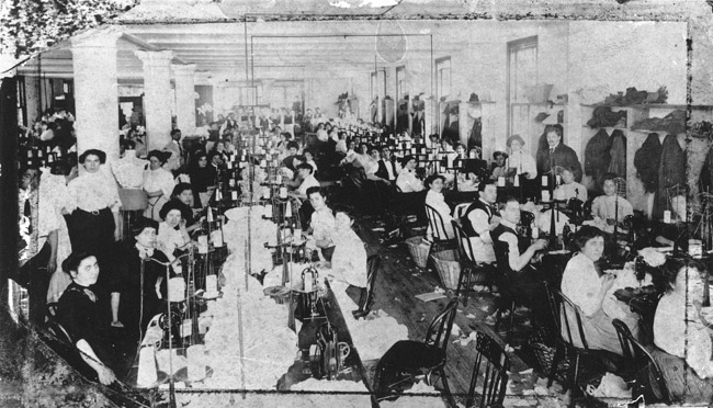 Operai e operaie al lavoro in uno dei piani della Triangle Shirtwaist Company, 1911
