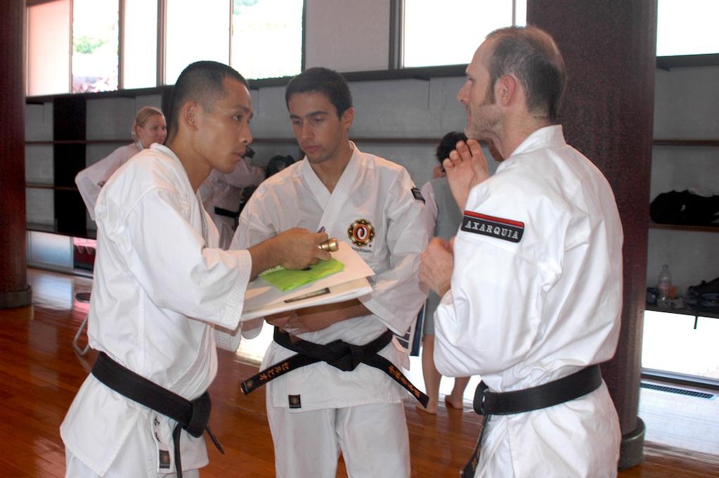 Carlos y Sergio entregando un presente al maestro Kato