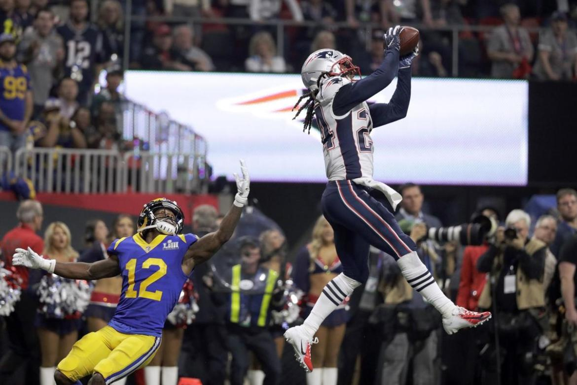 Interceptação Stephon Gilmore (Photo: St. Louis Post-Dispatch)