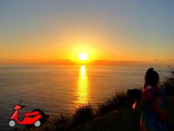 奄美大島・西古見展望所で夕日を眺めるゲストハウス昭和荘スタッフ