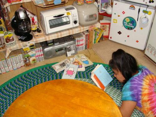 談話室で読書する昭和荘スタッフ