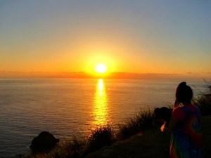 西古見で夕日を見る昭和荘スタッフ