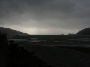 台風中の奄美の海の向こうにさす光