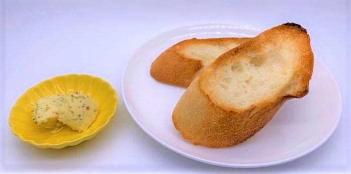 パンとガーリックマーガリン bread and garlic margarine