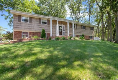 1 Split Oak Dr East Norwich NY 11732