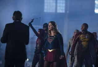 """The Flash -- """"Invasion!"""" -- Image FLA308a_0339b.jpg -- Pictured (L-R): Willa Holland as Speedy, David Ramsey as John Diggle, Melissa Benoist as Kara/Supergirl, Caity Lotz as Sara Lance/White Canary and Franz Drameh as Jefferson """"Jax"""" Jackson -- Photo: Michael Courtney/The CW -- © 2016 The CW Network, LLC. All rights reserved."""