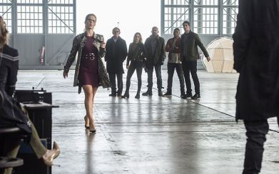 """The Flash -- """"Invasion!"""" -- Image FLA308b_0073b.jpg -- Pictured (L-R): Emily Bett Rickards as Felicity Smoak, Victor Garber as Professor Martin Stein, Caity Lotz as Sara Lance/White Canary, Dominic Purcell as Mick Rory/Heat Wave, Franz Drameh as Jefferson """"Jax"""" Jackson and Brandon Routh as Ray Palmer/Atom -- Photo: Dean Buscher/The CW -- © 2016 The CW Network, LLC. All rights reserved."""