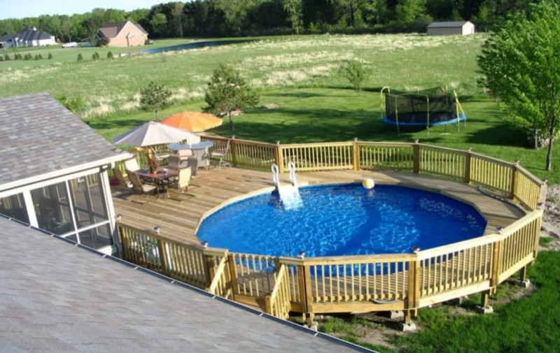 Superbe Above Ground Pool Designs With Wood Railing And Table Sets
