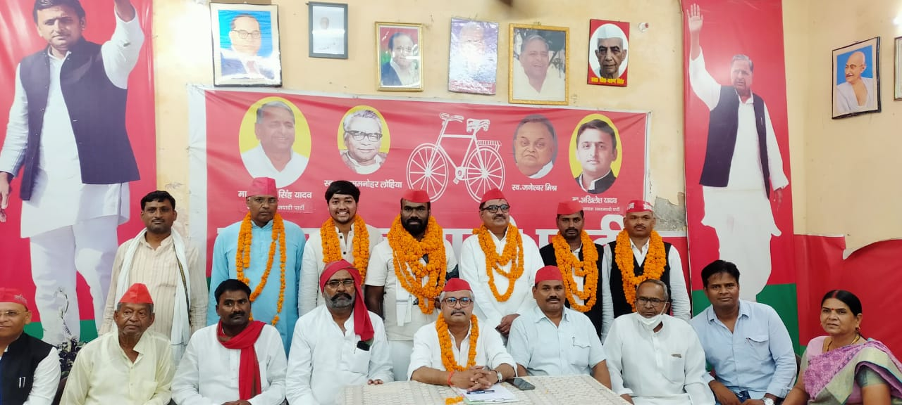 prayagraj SP newly appointed office bearers were welcomed in the party office