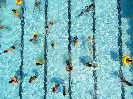 2015年7月25日,天气炎热,市民们享受猛追湾游泳池的清凉。成都商报摄影记者 张直