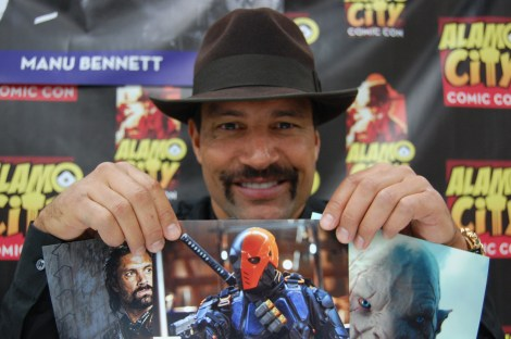 Manu Bennett holds up three of his autograph photos for the camera. Photo by ChinLin Pan