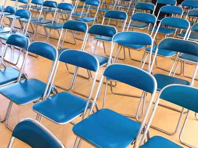 陳列された椅子