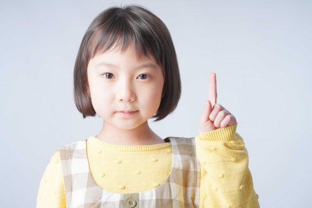人差し指を立てる女の子