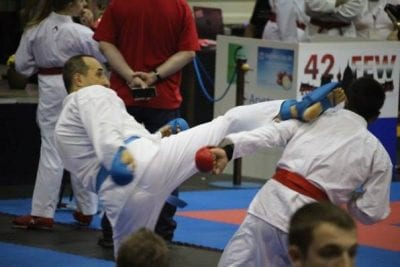 instructorul de curs de karate pentru copii