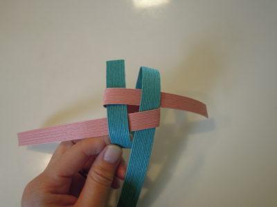 ②-5 ずらした縦紐を手前に折る