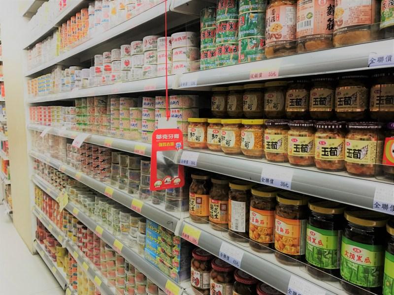 挑選罐頭食品應助其包裝是否完善及有效日期。攝影/鄒芳婷