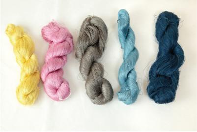 フクギ・コチニール・イタジイ・琉球藍でそれぞれ染めた糸