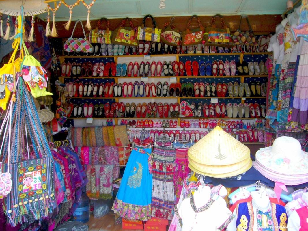 雲南民族村の白族村のお土産物屋さんの店内