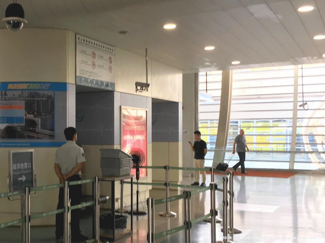 上海リニアモーターカーの手荷物検査